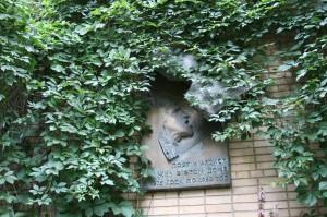 Мемориальная доска на доме № 28 по ул. Малая Грузинская в Москве, в котором Владимир Высоцкий жил в 1975 - 1980 годах