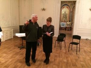 Игорь Бровин и Татьяна Скирда обсуждают план открытия фотовыставки