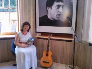 Наталья Герман подарила  Галерее ВЫСОЦКИЙ книгу своих стихотворений